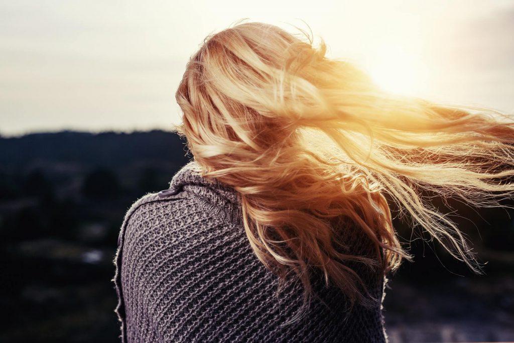 Lang blond haar met hairextensions (sneek)